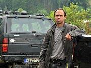 Petr Forman ztvárnil ve filmu Bella mia farmáře Pazderu, kterému uprchnou krávy.