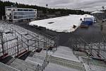 V biatlonovém areálu Vysočina Arena v Novém Městě na Moravě pokračují 26. února 2020 opravy odtátých běžeckých tratí sněhem ze sněhového zásobníku před Světovým pohárem v biatlonu, který se pojede 4. až 8. března 2020.