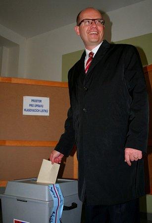 Předseda sociálních demokratů Bohuslav Sobotka vhodil svůj hlasovací lístek do urny vpátek před půl šestou odpoledne vzákladní škole ve Slavkově uBrna.