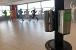 Cestujícím je vprostorách celého letiště kdispozici více než 250 nádob sdezinfekcí