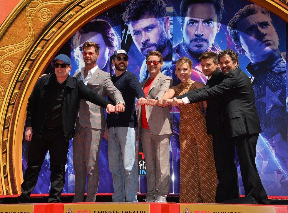 Chris Evans (třetí zleva) s kolegy z Avengers.