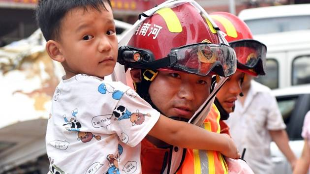 Čínu zasáhly velké záplavy. V Čeng-čou voda uvěznila cestující v metru.