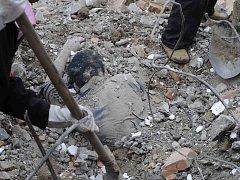 Záchranáři vyprošťují jednu z obětí sesuvu bahna v Číně.