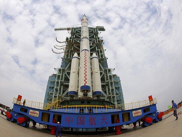 Raketa Dlouhý pochod II-F se na snímku z 20. září blíží ke startovací plošině.