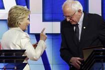Prezidentští kandidáti amerických demokratů Hillary Clintonová a Bernie Sanders se ve čtvrtek večer v dosud patrně nejostřejší televizní debatě přeli o tématech, jako jsou minimální mzda, kontrola střelných zbraní nebo blízkovýchodní politika.