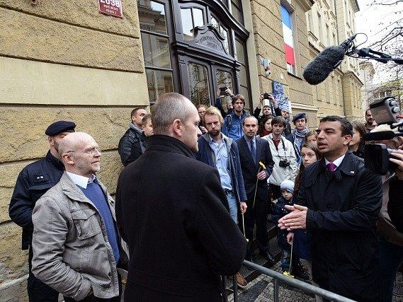 Kvůli akci Bloku proti islámu a prezidenta ochranka 17. listopadu dopoledne odmítla pustit studenty ke studentské pamětní desce na Albertově.