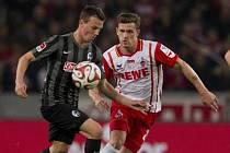 Vladimír Darida z Freiburgu (vlevo) rozhodl z penalty zápas proti Kolínu nad Rýnem.