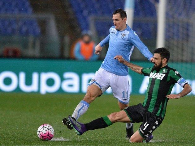 Miroslav Klose z Lazia Řím (vlevo) a Francesco Magnanelli ze Sassuola.