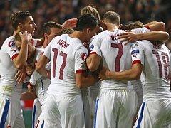Čeští fotbalisté se radují z gólu proti Nizozemsku.