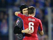 Brankář Petr Čech (vlevo) a Tomáš Sivok se radují z vítězství nad Islandem.