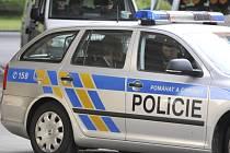 Zpravodajec vojenské tajné služby Jan Pohůnek (vzadu v policejním voze).