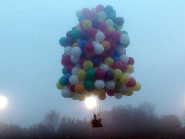 Američan chce přeletět Atlantik, v koši se stovkami balónů.