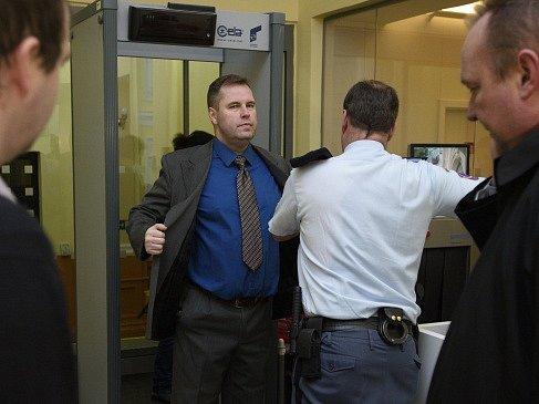 Policejní důstojník Karel Kadlec přichází na jednání soudu.