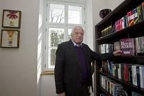 Bývalý prezident Václav Klaus začal 14. března úřadovat v nové pracovně (na snímku u knihovny) v barokním zámečku na pražské Hanspaulce, kde sídlí institut nesoucí jeho jméno.