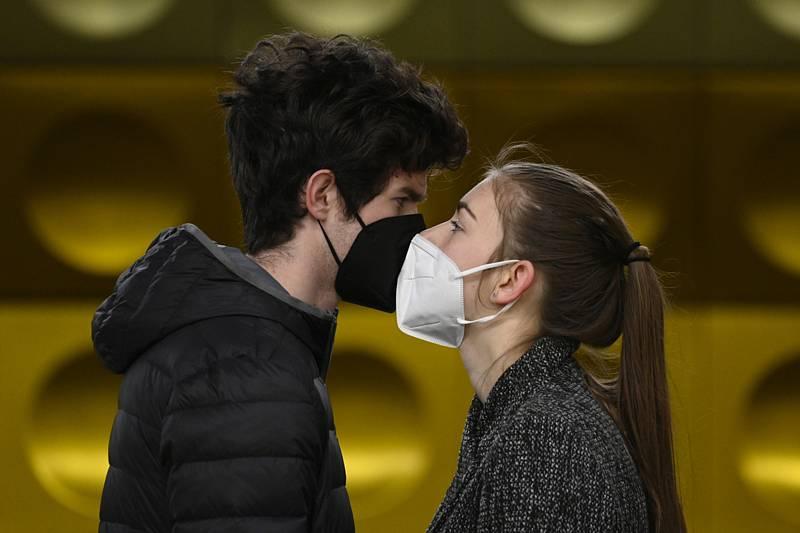 Muž a žena s respirátory na ochranu proti koronaviru stojí 14. března 2021 na nástupišti metra v Praze