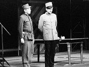 Zprava : Radoslav Brzobohatý ( nadporučík Lukáš ) a Václav Sloup (Švejk ) v inscenaci Haškova Švejka na scéně Divadla na Vinohradech .