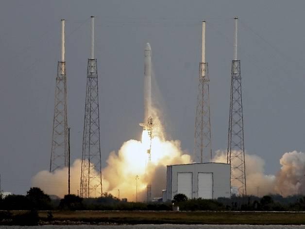 Raketa Falcon 9 při startu z floridského Mysu Canaveral.