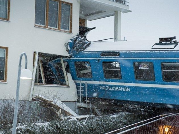 Uklízečka ve Švédsku ukradla vlak, vykolejila a najela do domu.