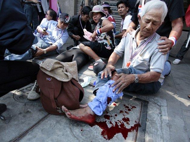 Při protestním pochodu tisíců protivládních demonstrantů v thajské metropoli Bangkoku dnes explodovala výbušnina, zranila desítky lidí.