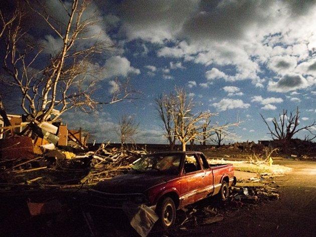 Velmi nebezpečný bouřkový systém zasáhl široký pruh amerického středozápadu. Ve státě Illinois přišlo o život nejméně pět lidí, desítky dalších byly zraněny.