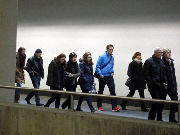 Na jih Francie dnes dopoledne z Německa a Španělska přicestovali příbuzní obětí úterního leteckého neštěstí, přímo na místo pádu letadla německé společnosti Germanwings se ale z bezpečnostních důvodů nedostanou.