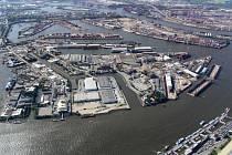 Uprostřed čilého ruchu hamburského přístavu, jenž je jedním z nejvíce prosperujících v Evropě, se na třech hektarech rozkládá nezvykle ztichlý areál zchátralých budov. Patří to tu Česku.