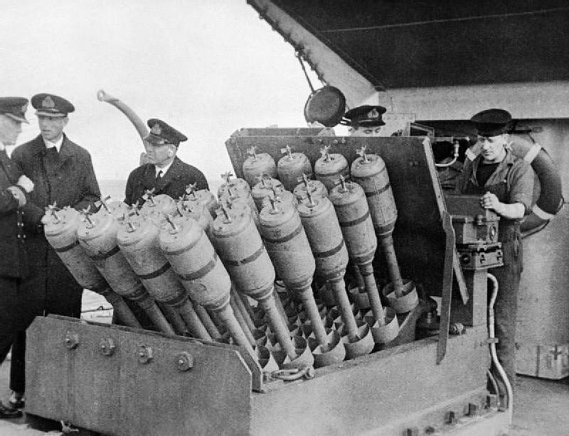 Protiponorkový minomet namontovaný na přídi torpédoborce Westcott