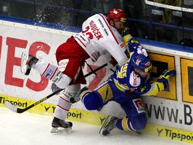Hokejista Tomáš Klouček (vlevo) v dresu Třince.