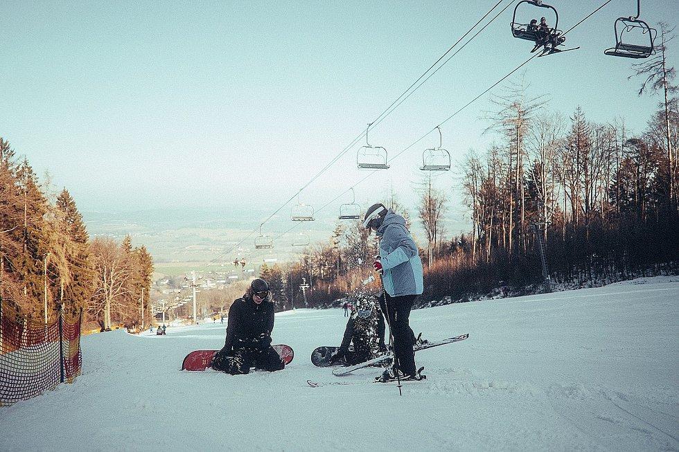 Zatímco jiné roky touto dobou byl skiareál Monínec na Příbramsku plný lyžařů a sáňkařů, v první březnový víkend nebyla na sjezdovkách a lanovkách ani noha.