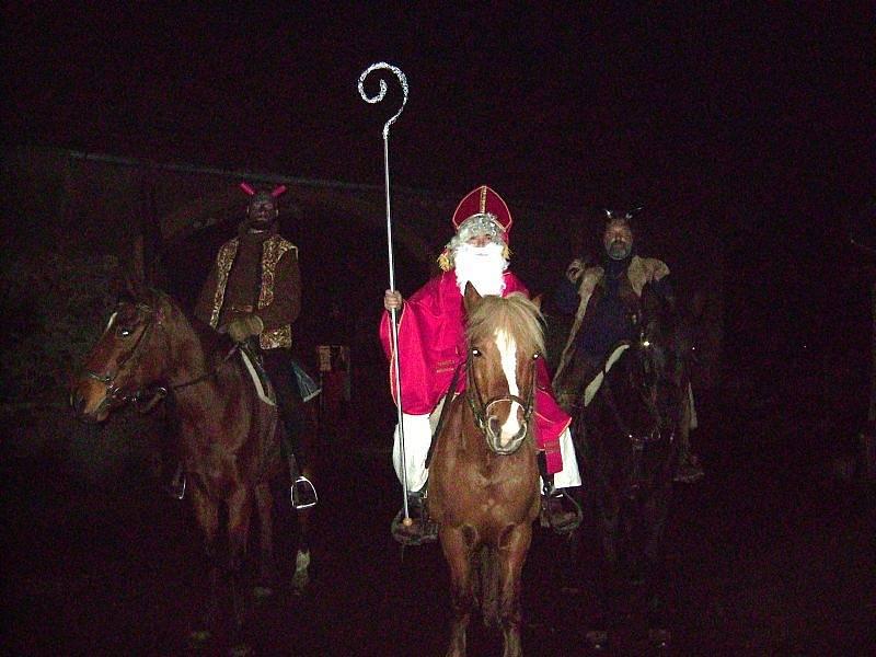 V některých obcích se znovu obnovila tradice příjezdu mikulášského průvodu na koních, připomínající podobné jízdy z vrcholného středověku