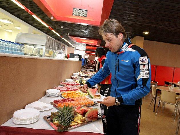 Estonský běžec Jaak Mae si nabírá na talíř ovoce.