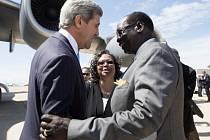 Americký ministr zahraničí John Kerry dnes přicestoval do Jižního Súdánu, aby přiměl tamní vládu a povstalce ukončit čtyřměsíční boje.