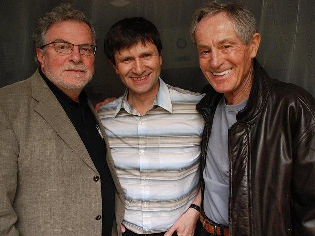 TŘI JANOVÉ. Všichni tři hlavní protagonisté hry Kumšt. Kačer, Hrušínský a Tříska sehráli v režii Jana Hřebejka vynikající part.