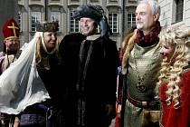 Císař a král Karel IV. (neboli herec Vladimír Čech, druhý zprava) se svojí družinou.