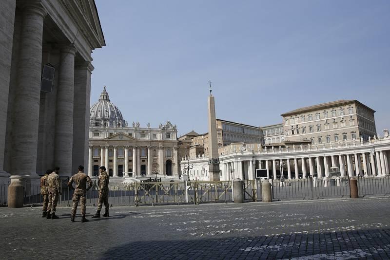 Koronavirus neušetřil ani život ve Vatikánu. Na snímku náměstí Svatého Petra.