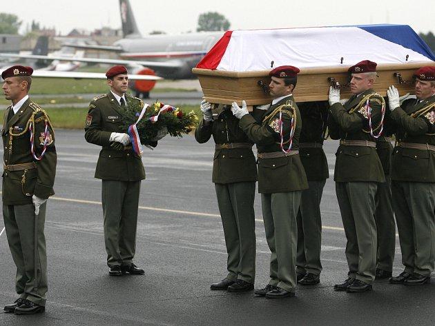 Armáda převezla 6. května do Prahy ostatky českého vojáka, který v noci ze čtvrtka na pátek zahynul v Afghánistánu při sesuvu půdy. Armádní speciál přistál na kbelském letišti.
