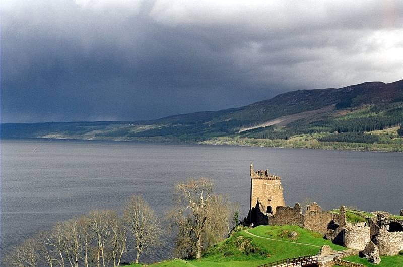 Pohled na skotské jezero Loch Ness, vpředu hrad Urquhart.