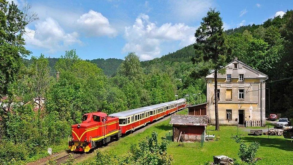 Lokomotiva T426.001 na ozubnicové železnici mezi Tanvaldem a Kořenovem.