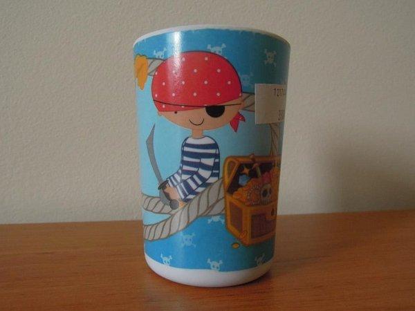 Ministerstvo zdravotnictví varuje před zdraví nebezpečným pohárkem sobrázkem piráta.
