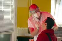 Zdravotník odebírá 22. září 2020 vzorek na covid-19 na odběrovém místě v pražské Nemocnici na Bulovce