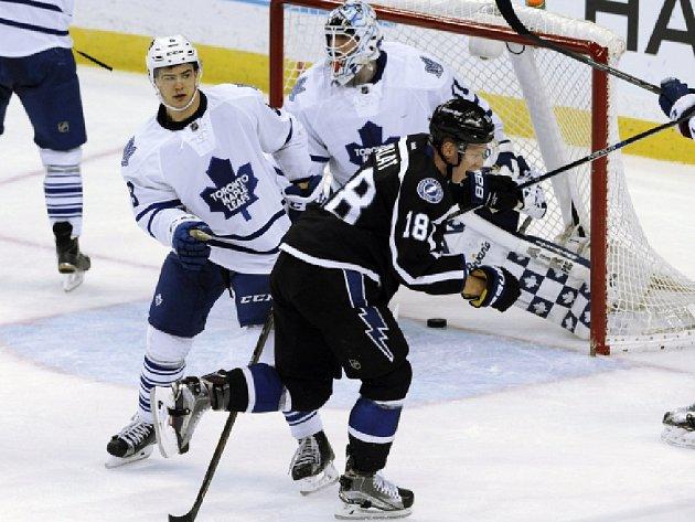 Ondřej Palát z Tampy Bay (v tmavém) se raduje z gólu proti Torontu.