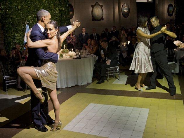 Obama si vyzkoušel tango, a proplul s tanečnicí v náručí z jedné strany malé taneční plochy na druhou.