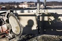 Speciální pila na prořezávání cementu spár při demontáži parapetu Karlova mostu v Praze.