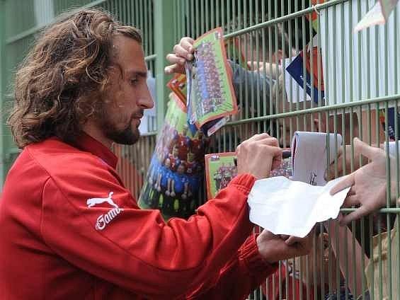 Petr Jiráček rozdává podpisy fanouškům na tréninku české fotbalové reprezentace.