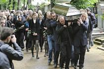 Nová obřadní síň na Olšanských hřbitovech v Praze nestačila ve středu odpoledne zájmu o poslední rozloučení s hudebníkem Filipem Topolem, který zemřel 19. června ve věku 48 let.  Po obřadu byla rakev s otatky uložena do rodinné hrobky.