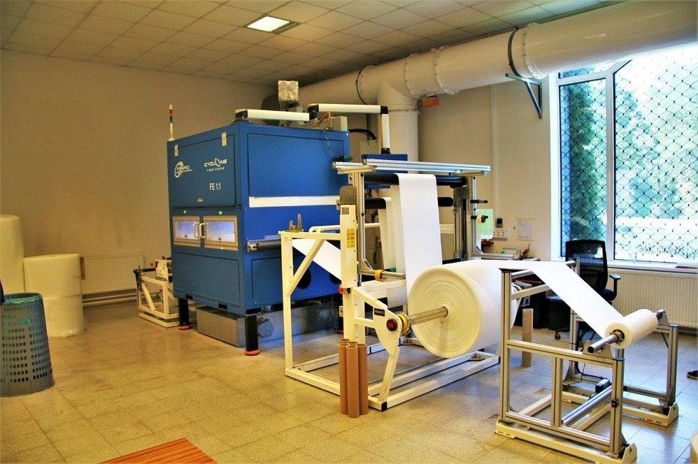 """Vývoj nanovlákenného respirátoru trval roky, přičemž ten loňský byl pracovně velmi intenzivní i díky výstavbě nové technologie. Přijít s tímto produktem na trh je složité z hlediska různých certifikací, bez kterých si jen říkáte o problém,"""" vysvětluje Buk"""