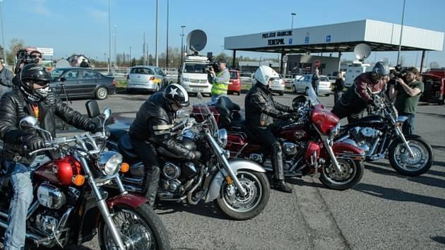 Na polské straně hranic dnes ruské motorkáře očekávalo několik desítek jejich polských kolegů.