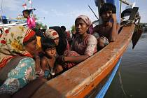 Příslušníci menšinového etnika Rohingů na útěku z Barmy