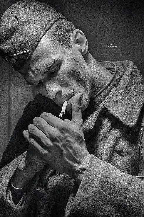 Snímek z lovosické výstavy s tématem války s modelem Lubomírem Semanem