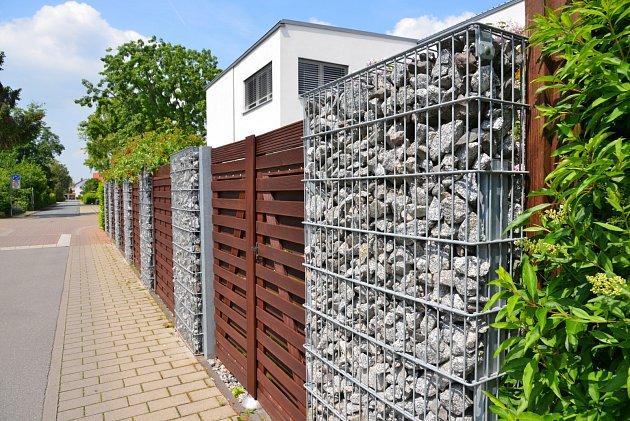 Vposledních letech jsou stále oblíbenější gabionové ploty.